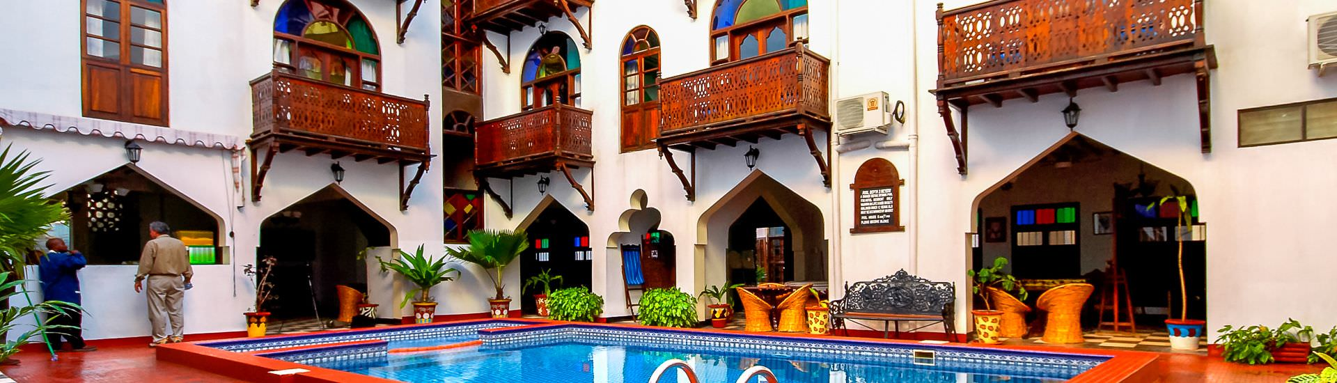 Dhow Palace Hotel, Pool im Innenhof (© Dhow Palace / Chamäleon)